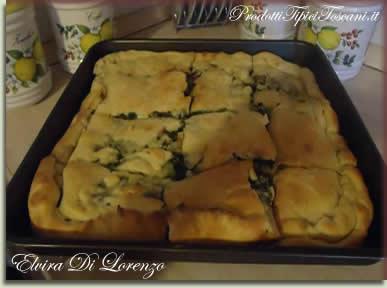 Pizza ripiena con broccoli, salsiccia e mozzarella