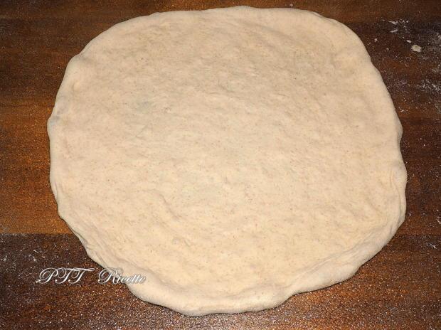 Pizza tonno e cipolla con mozzarella 6