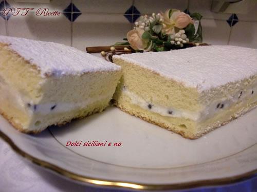 Rettangolo di pan di Spagna con ricotta