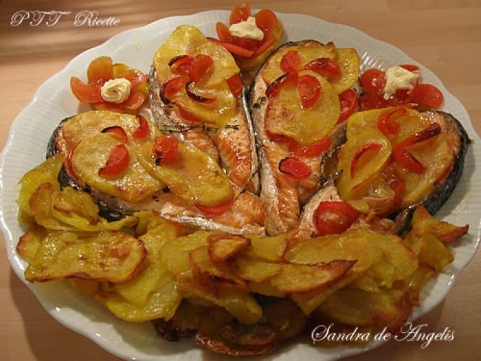 Ricetta Salmone Con Patate Al Forno.Salmone Al Forno Con Patate E Pomodori Pachino Ptt Ricette