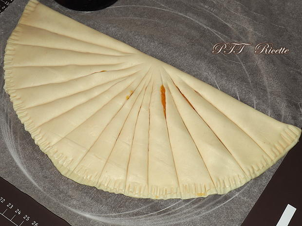Torcetti di pasta sfoglia con marmellata 5