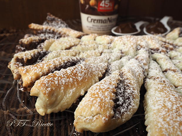 Torcetti di pasta sfoglia con Nutella 14