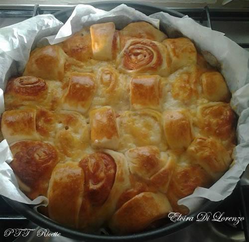 Torta di rose salata ripiena di mortadella e formaggio filato