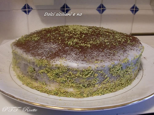 Torta due gusti guarnita al pistacchio 1