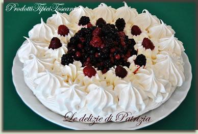 Torta meringata con panna e frutti di bosco